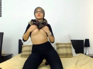 Muslim camgirl ruining her ass with a dildo