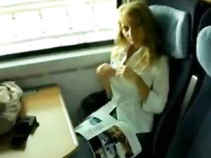 Geile blonde MILF hat Sex im Zug