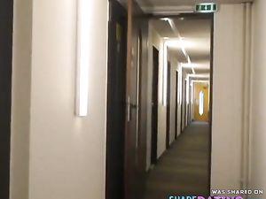 Deutsche MILF fingert sich im Hotel und...