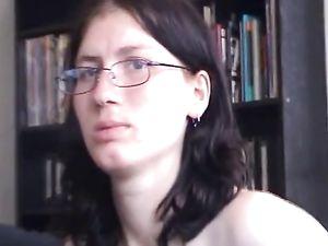 Claudia Odenweller mit Brille als Wichshilfe